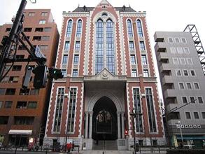 道路を挟で真向いは慶応義塾大学東門